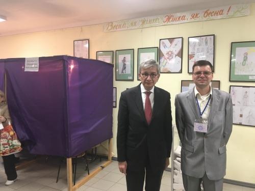 E. Czolij at the polling station in Boyarka, Kyiv region